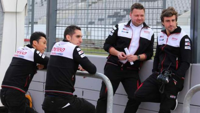 Kazuki Nakajima (d) y Sebastién Buemi (2d) son los compañeros de Fernando Alonso en el equipo Toyota en el WEC.