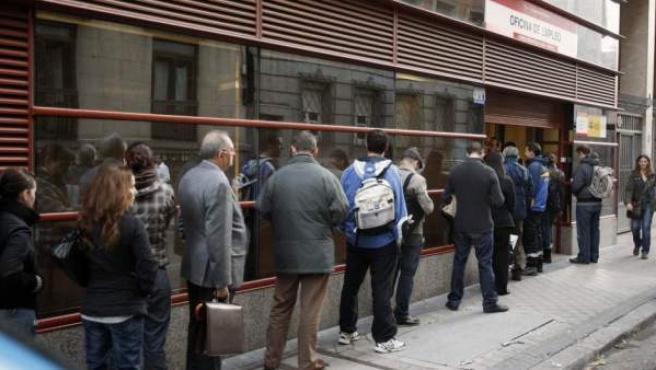 Imagen de archivo de un grupo de parados haciendo cola en una oficina del INEM.