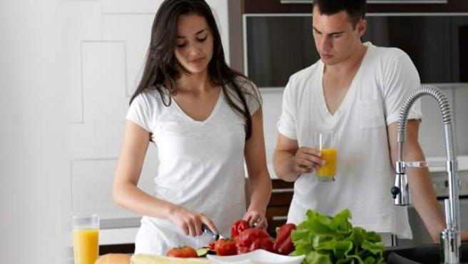 Una pareja cocinando.