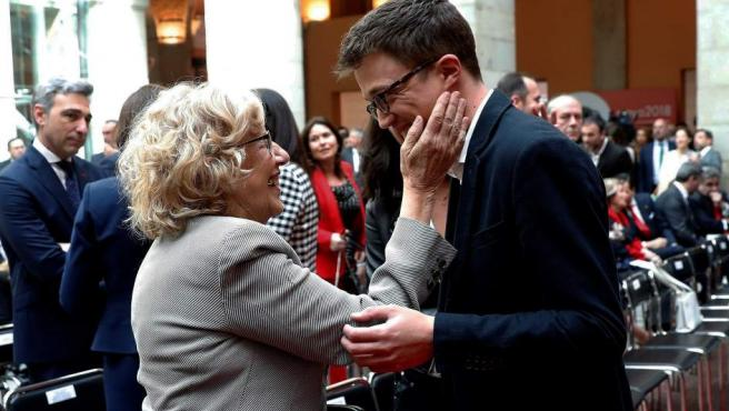 Iñigo Errejón saluda a la alcaldesa de Madrid, Manuela Carmena.