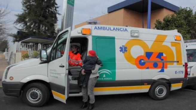Tres adultos y un niño de diez años heridos en una colisión entre dos turismos en la capital