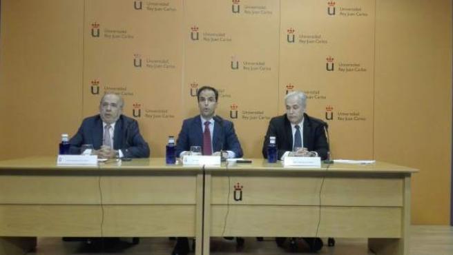 El rector de la Universidad Rey Juan Carlos (URJC), Javier Ramos, junto a un profesor imputado a su derecha.