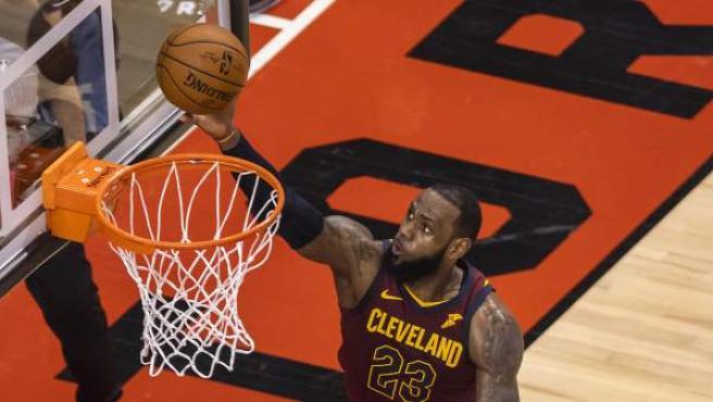 El jugador de los Cavaliers LeBron James (i).