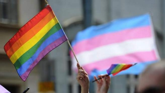 Bandera gay contra la homofobia y por la diversidad sexual.