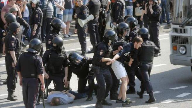 La policía antidisturbios rusa dispersa y arresta a los opositores que acudieron este sábado a una protesta contra la investidura de Putin.