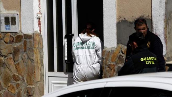"""La Guardia Civil investiga en una casa de Castrogonzalo (Zamora) después de que fuera encontrado el cadáver de una mujer en un terraplén a las afueras del pueblo que presentaba golpes """"muy significativos y violentos"""""""