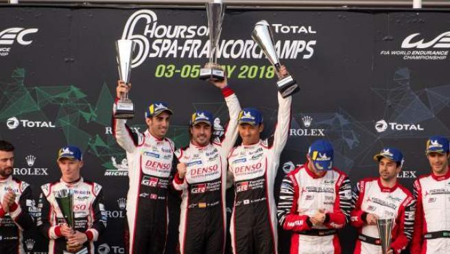 Fernando Alonso celebra con sus compañeros Sébastien Buemi y Kazuki Nakajima su victoria en las 6 horas de Spa.