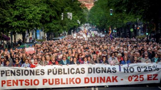 """Los jubilados vascos se manifiestan en Bilbao, en demanda de pensiones """"dignas"""", en la primera de las dos grandes movilizaciones que tienen previstas en mayo para presionar al Gobierno."""