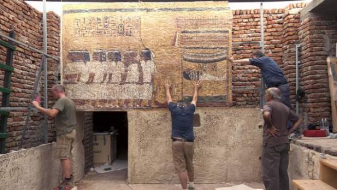 Fotografía facilitada por Factum Arte que muestra la colocación de los primeros paneles de la réplica de la tumba de Tutankamón.