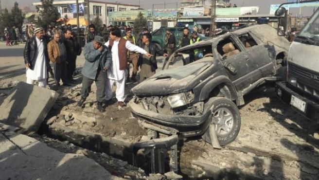 Oficiales afganos inspeccionan el lugar de un atentado en Afganistán, en una imagen de archivo.
