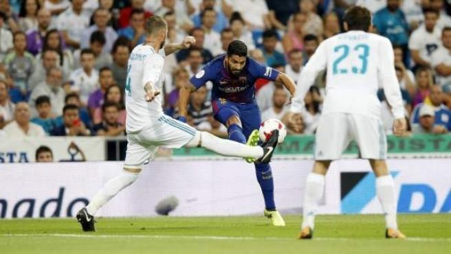 Luis Suárez y Sergio Ramos en el Clásico entre Real Madrid y Barcelona