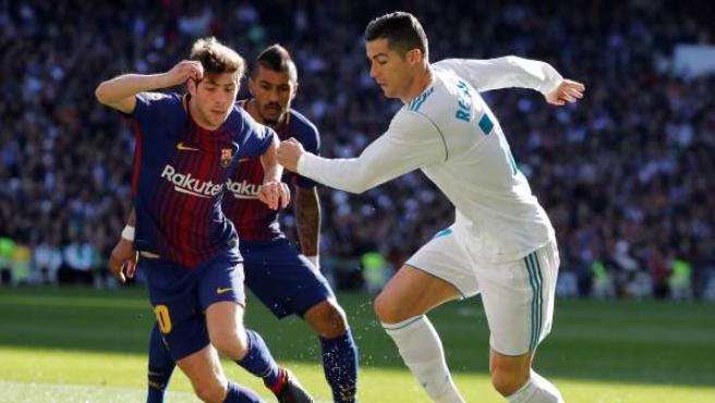 Cristiano trata de irse de Sergi Roberto en el clásico Real Madrid-Barcelona.