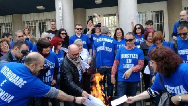 Los funcionarios de la justicia gallega queman nóminas un día de huelga.