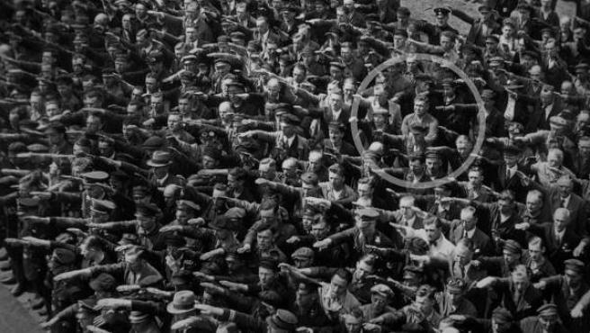 August Landmesser, en el momento en el que se negó a hacer el saludo ante Hitler.