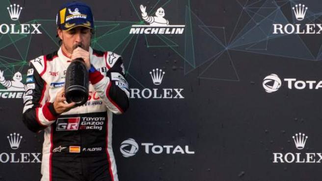 Fernando Alonso celebra su victoria con Toyota en las 6 horas de Spa.