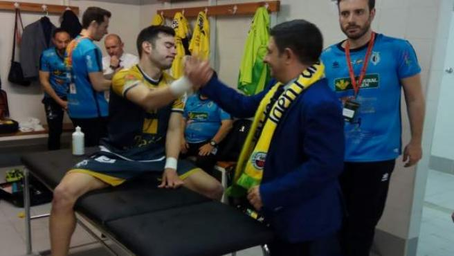 Francisco Reyes felicita a jugadores del Jaén Paraíso Interior