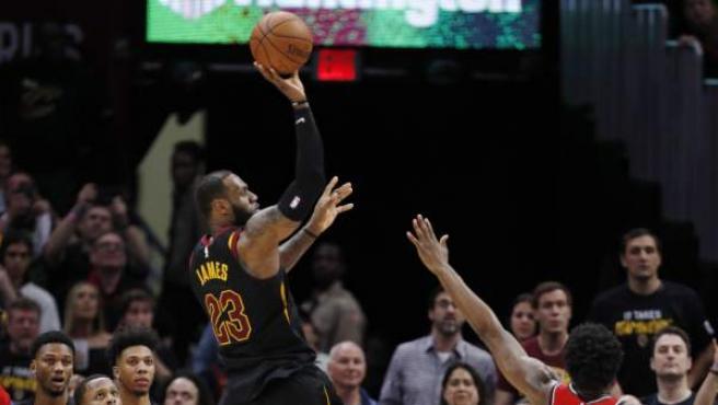 Momento en el que LeBron James lanza a canasta para anotar los puntos decisivos del tercer partido del playoff de la NBA entre Cleveland Cavaliers y Toronto Raptors.