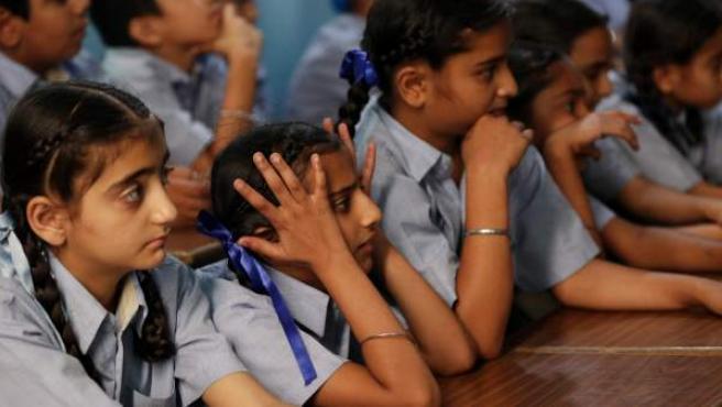 Escolares asisten a un taller de concienciación de abuso sexual en Amritsar (India). La campaña tiene el objetivo de concienciar sobre los abusos sexuales.