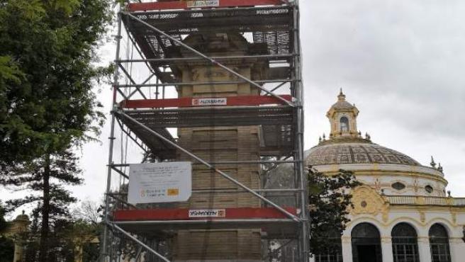 Obelisco de piedra en obras, en Sevilla