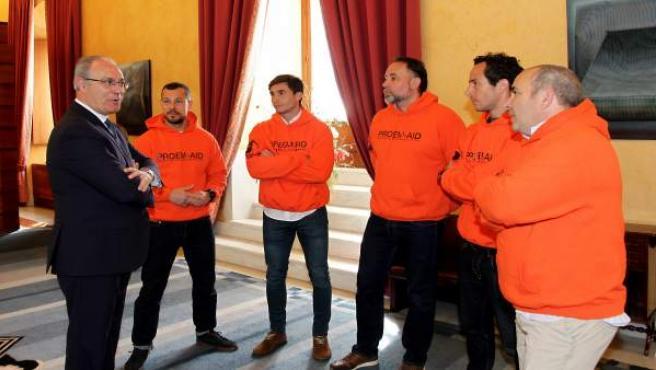 El presidente del Parlamento con los bomberos de Proemaid