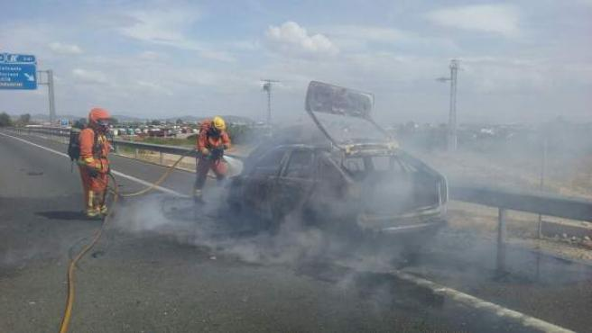 Incendio de un coche en la A7 en Torrent (Valencia)