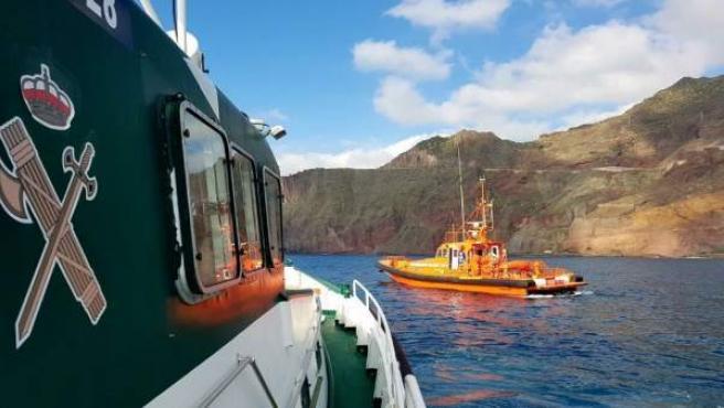 Rescatan a dos pescadores tras volver su embarcación