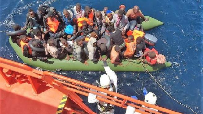 Patera con 56 personas rescatadas en aguas del Mar de Alborán.