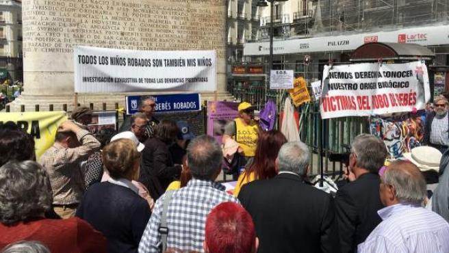 Concentración celebrada en Madrid para pedir justicia y reparación por las víctimas del robo de bebés durante la dictadura.