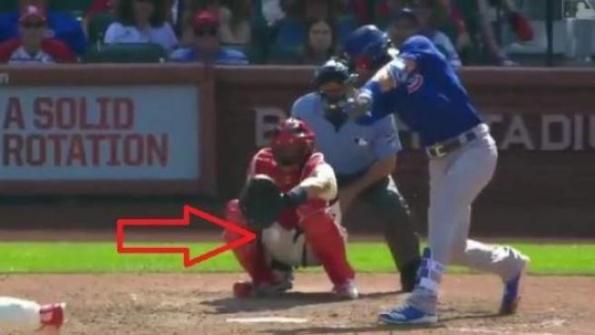 Momento en el que Yadier Molina recibe un pelotazo en la entrepierna.