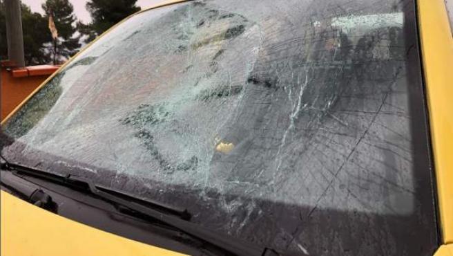 Imagen del parabrisas roto del coche de la diputada de ERC Jenn Díaz.