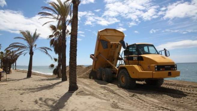 Trabajos de reposicion mejora de playa de Marbella