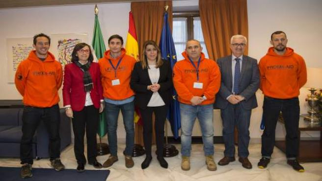 La presidenta de la Junta de Andalucía, Susana Díaz, con los bomberos sevillanos