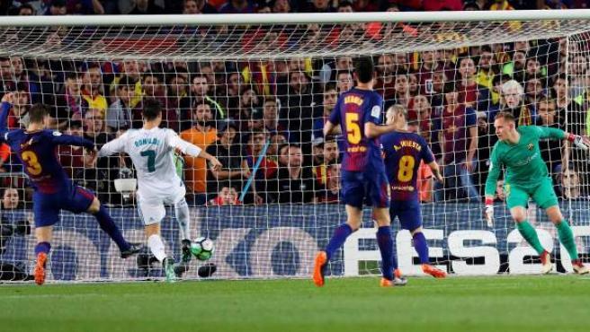 Cristiano Ronaldo marca en el Camp Nou al Barça ante Gerard Piqué.
