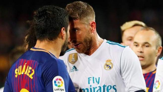Sergio Ramos y Luis Suárez se encaran en el Barça - Real Madrid.
