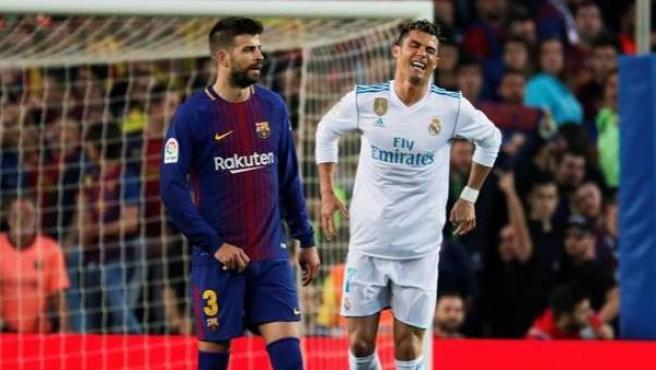 Cristiano Ronaldo, dolorido después de un encontronazo con Piqué.