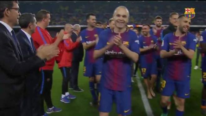 Pasillo a los jugadores del Barça del staff técnico.