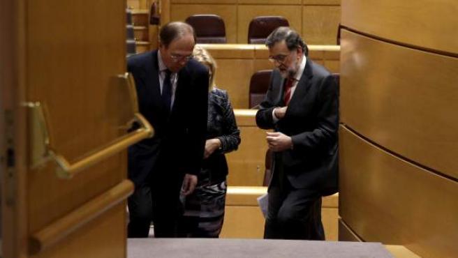 El presidente del Gobierno en funciones y del PP, Mariano Rajoy, junto al presidente del Senado, Pío García-Escudero (i), en la Cámara Alta.
