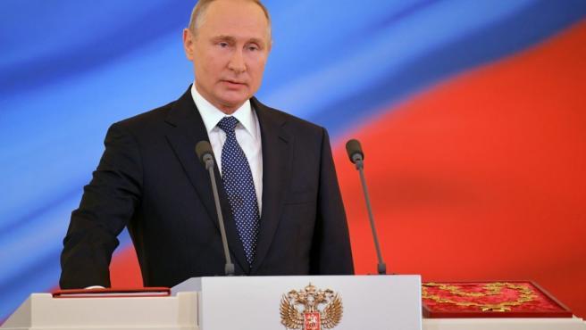 El presidente ruso, Vladimir Putin, jura el cargo durante su sesión de investidura en el Gran Palacio del Kremlin.