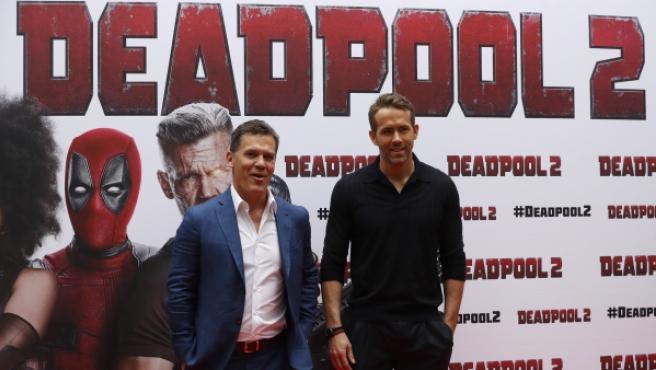 Ryan Reynolds (d) y Josh Brolin (i), en el photocall de la presentación de 'Deadpool 2' en Madrid.