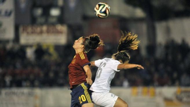 La defensa de la selección de fútbol española Irene Paredes (i) disputa un balón aéreo con una jugadora de Nueva Zelanda, en partido amistoso disputado en el campo Municipal de La Roda (Albacete).