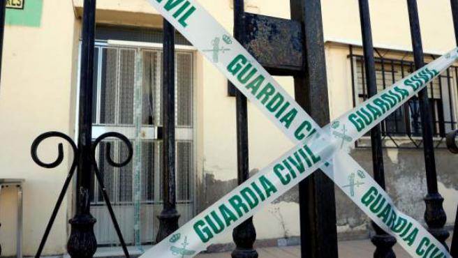 Vivienda precintada por la Guardia Civil en la que una mujer ha muerto, supuestamente a manos de su pareja, en la localidad almeriense de Albox.