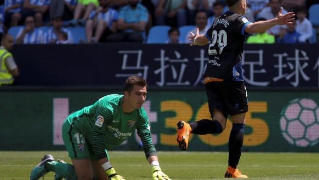 El delantero bosnio del Alavés, Ermedin Demirovic (d), celebra un gol ante la presencia del portero del Málaga, Andrés Prieto.