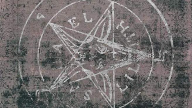 Una carta del Tarot con una estrella de cinco puntas como las utilizadas en rituales satánicos, en una imagen de archivo.