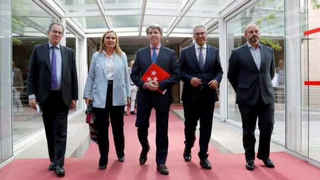 Garrido, en el centro, junto al portavoz del PP en la Asamblea (izda) y tres consejeros también diputados regionales.