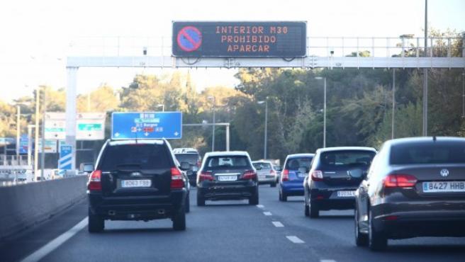 Una cartel luminoso en la M-30 avisa de la prohibición de aparcar en el centro de Madrid por los altos niveles de contaminación.