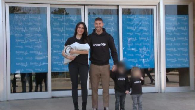 Pilar Rubio y Sergio Ramos presenta a su hijo menor, Alejandro, junto a sus otros dos pequeños, Sergio Jr. y Marco.