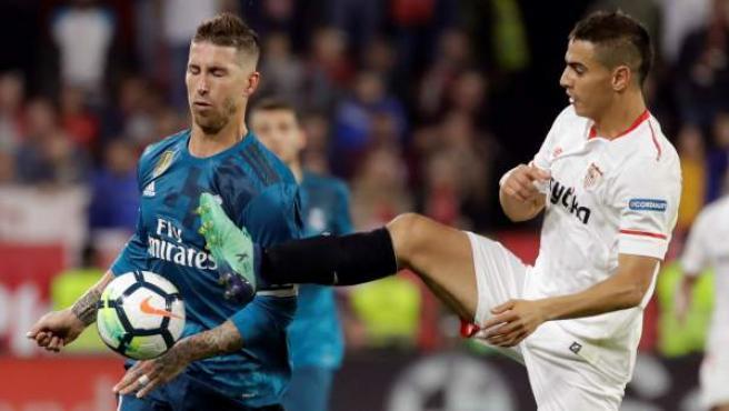 Sergio Ramos y Ben Yedder pugnan por un balón en el Sevilla-Real Madrid.