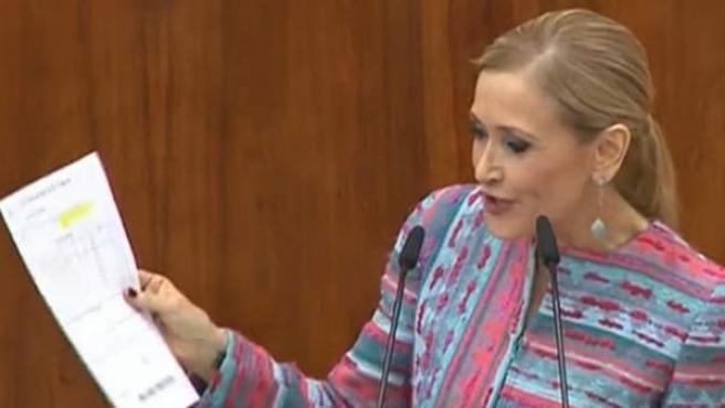 Cifuentes, en la Asamblea, con documentos que supuestamente justificaban su máster.