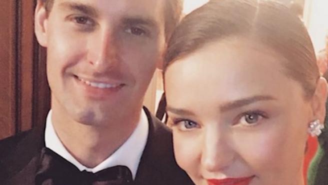 Miranda Kerr y su novio Evan Spiegel, en una foto publicada en Instagram.