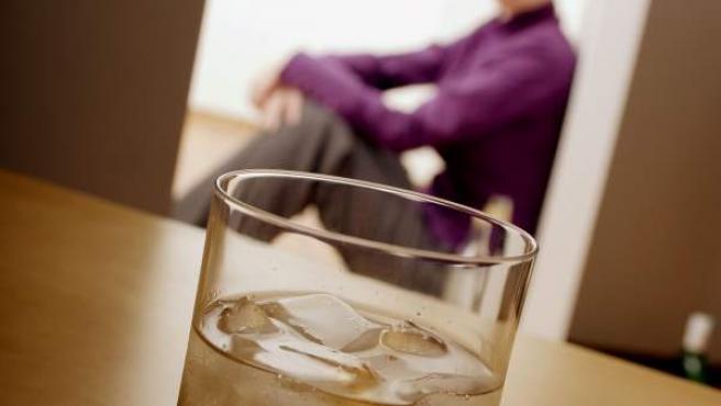 Una mujer, frente una bebida.